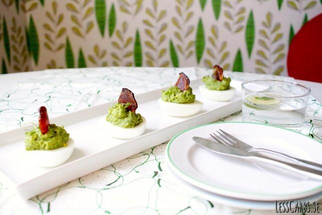 Avokadoägg med baconsegel – perfekt kombo av krämigt o salt!