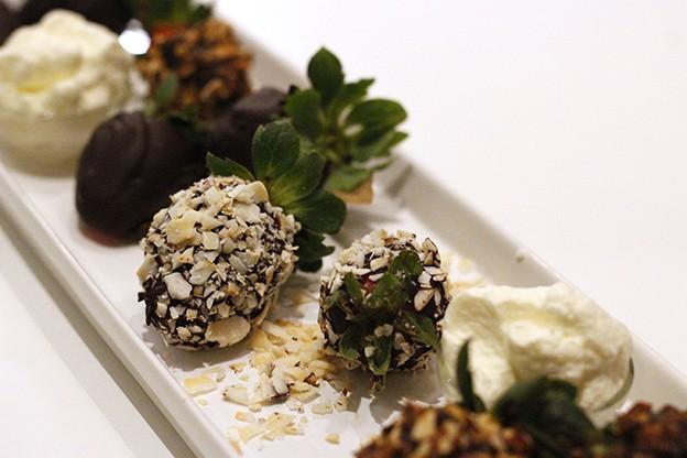 Chokladdoppade jordgubbar med grädde – mums!