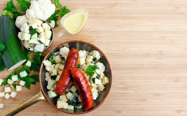 Knaprig ost, blomkål och zucchinisallad med krämig citrondressing