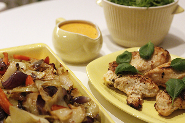 Ugnsbakad kål, basilika/briostfylld kycklingfilé och chili/chipotlesås