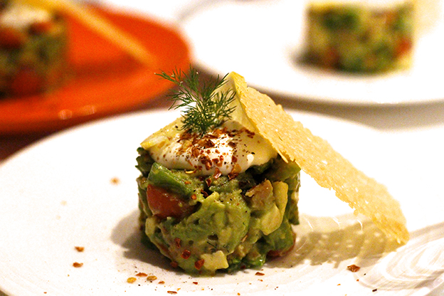 Avokado- och laxtorn med parmesanchips och vispad crème fraiche