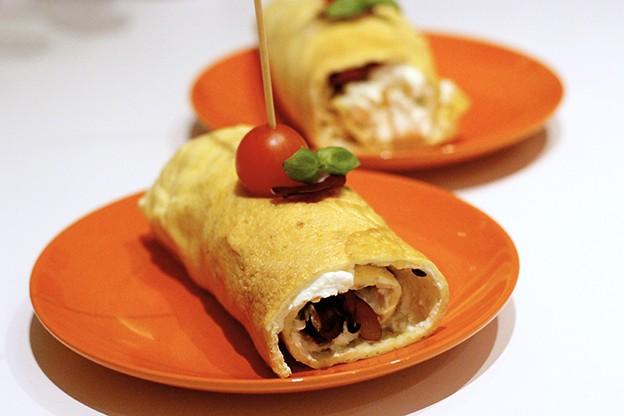 Omelettwrap med fetaostkräm, avokado och kalkonbacon