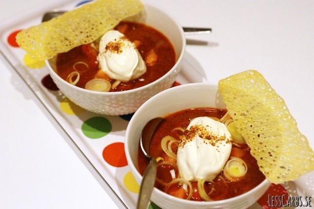 Snabb tacosoppa med crème fraiche och ostchips