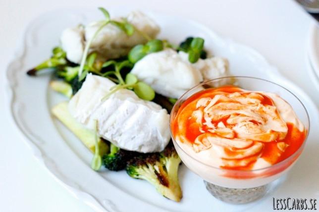 Smörstekt broccoli, ångkokt torsk och chilimajo