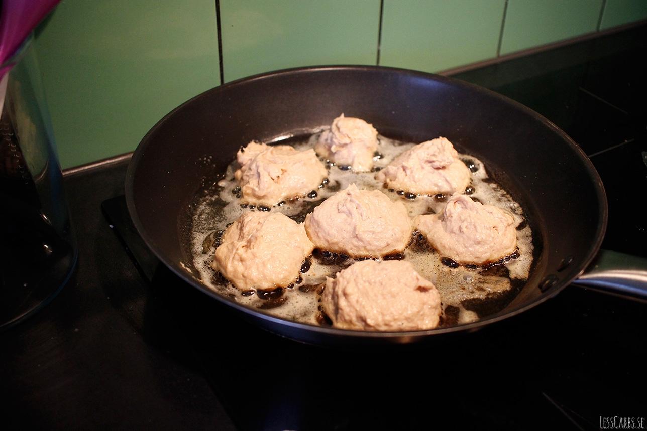 Tonfiskkakor med rostad broccoli och tomat