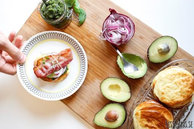 Kesoplättar i ugn med bacon, persiljepesto och grönsaker