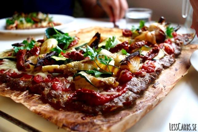 Meatza med rostad lök och chimichurri – smarrig variant på pizza!