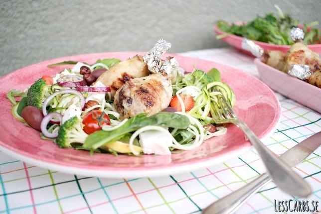 Zoodlesallad med persiljepesto och enkla kycklingklubbor
