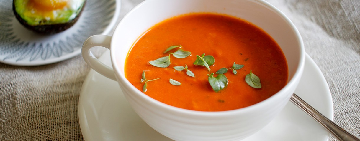 Tomatsoppa med timjan och avokadoägg