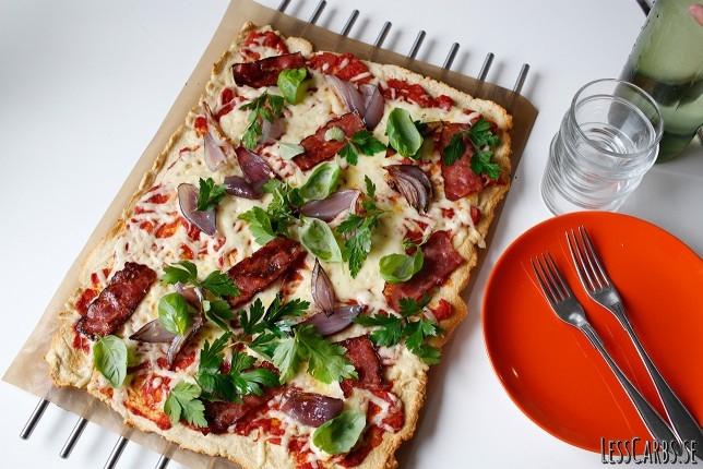 Pizza med lök, bacon och örter – LCHF/glutenfri botten