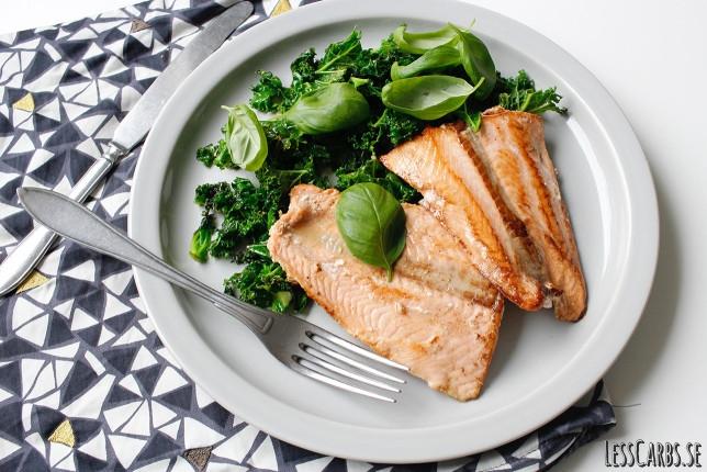 Pinklax med stekt grönkål och varför du ska undvika konventionellt odlad lax