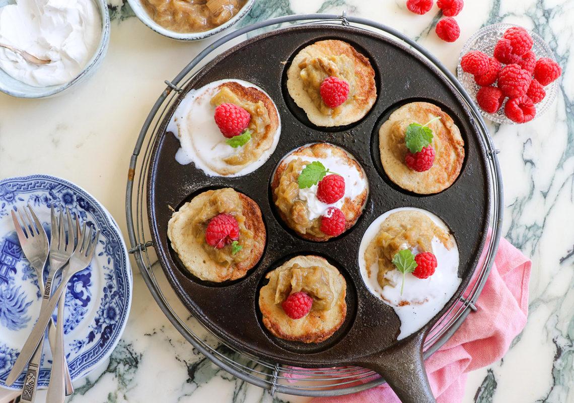 Amerikanska pannkakor till frukost – med vispad kokosgrädde och rabarberkompott