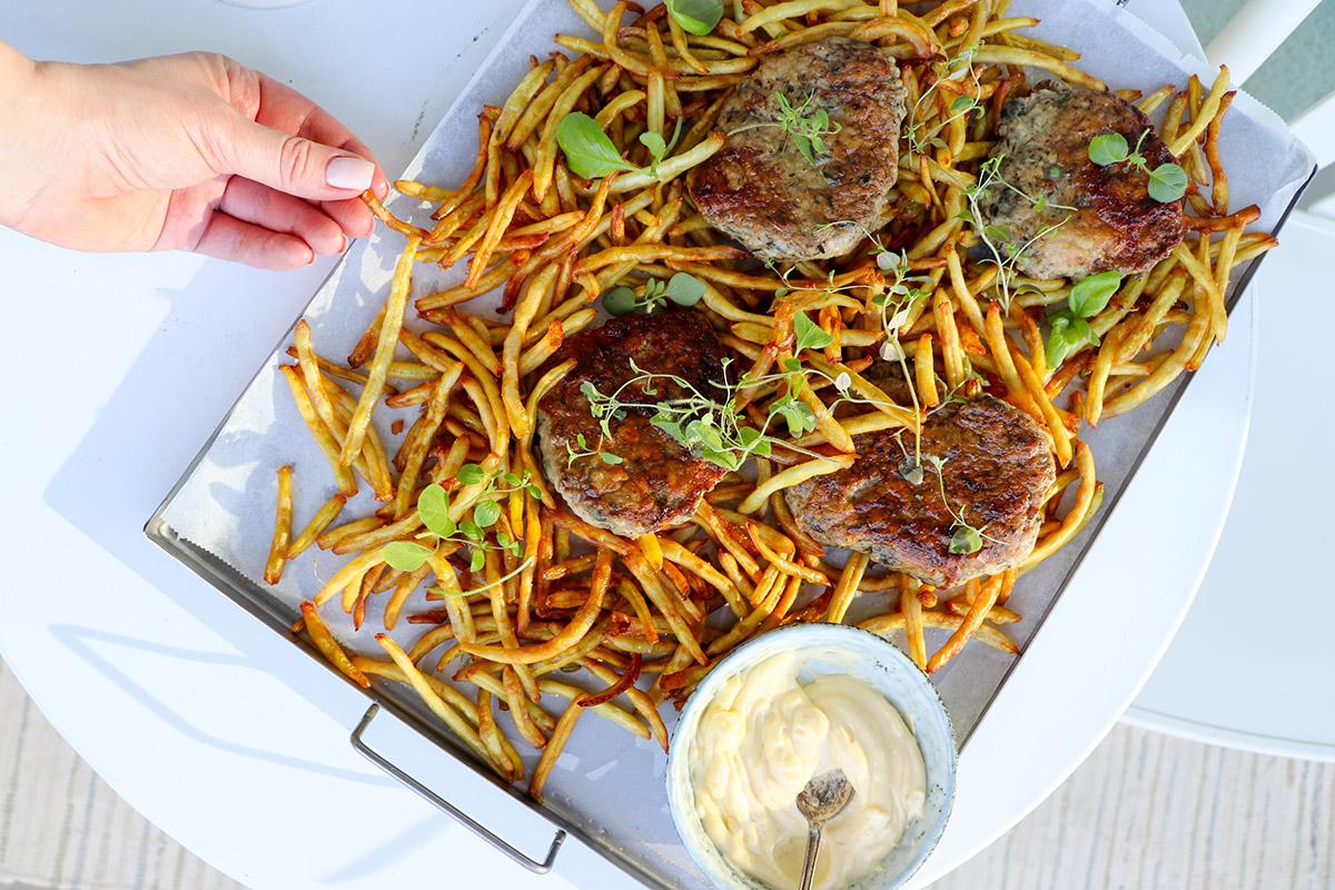 Pommes, burgare och majo (vaxbönor, kycklingburgare)