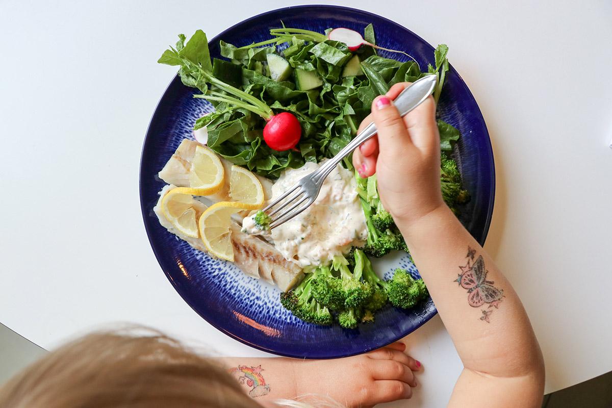 Ångkokt fisk med räksås och grönsaker