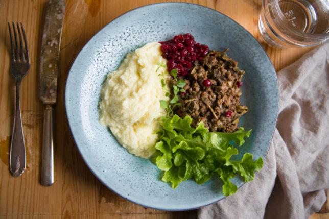 Köttfärsröra med svamp, enbär och lingon
