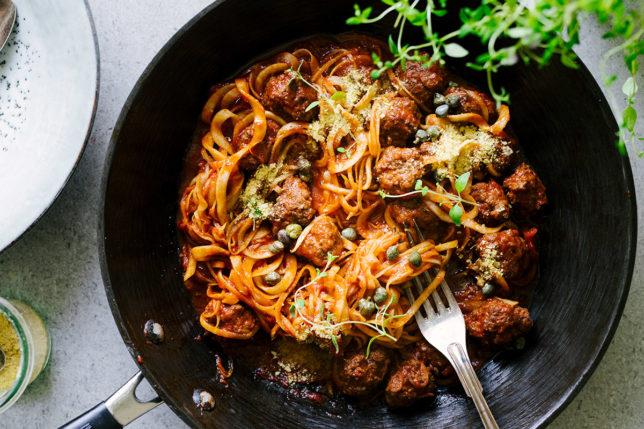 Kålrotspasta med köttbullar i tomatsås