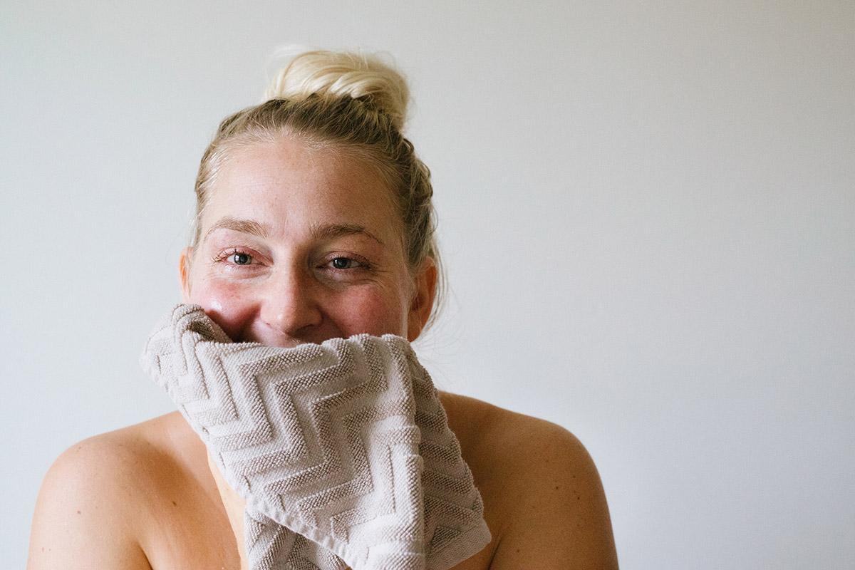 Använda ansiktsborste