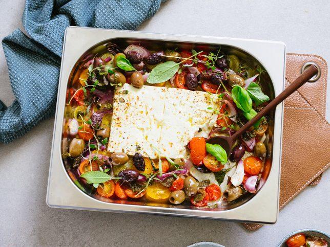 Ugnsbakad fetaost med tomater och örter