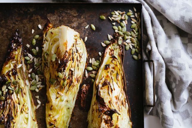 Spetskål i ugn – med smör och frön