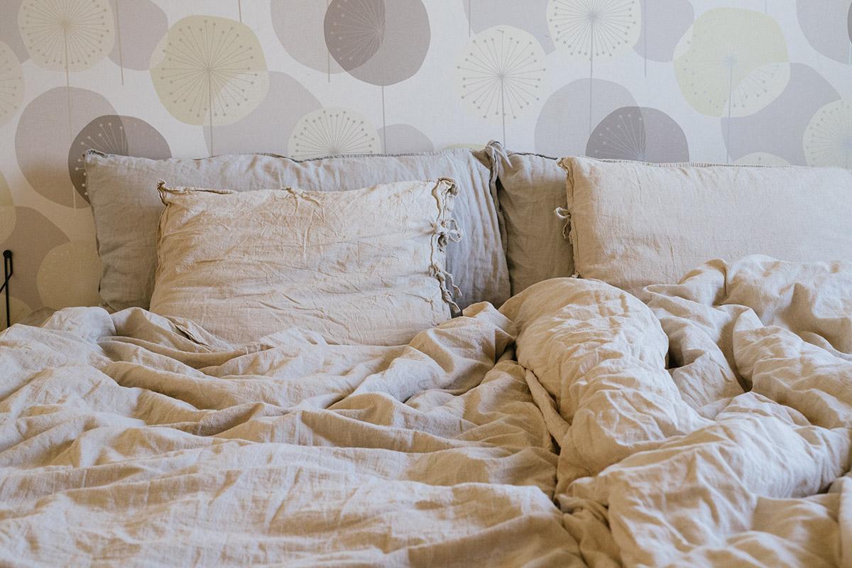 Sova med tyngdtäcke