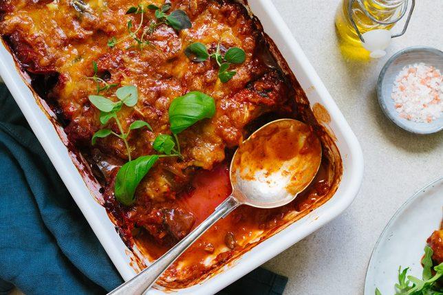 Auberginerullar med spenatfyllning och tomatsås