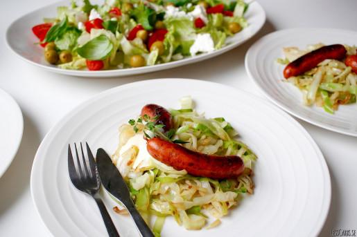 Stekt vitkål, kryddig korv och majonnäs