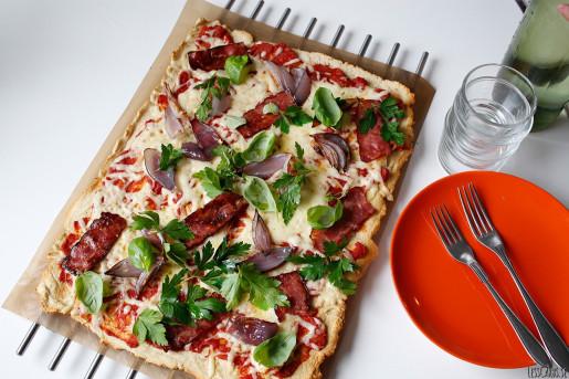 Pizza med lök, bacon och örter