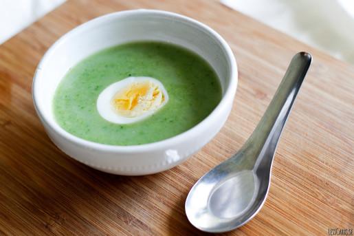 Broccoli- och ingefärssoppa med ägghalvor
