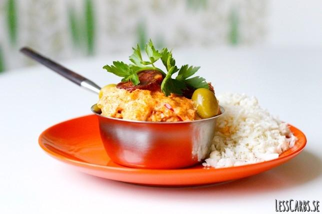 Kycklinggryta med örter/bladspenat serveras med stekt blomkålsris